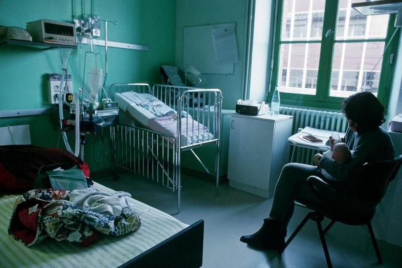 Rodzice w szpitalu myślą o dziecku, nie o sobie. Boją się odejść od łóżka, nie mają co jeść, czasem brak nawet krzesła /East News