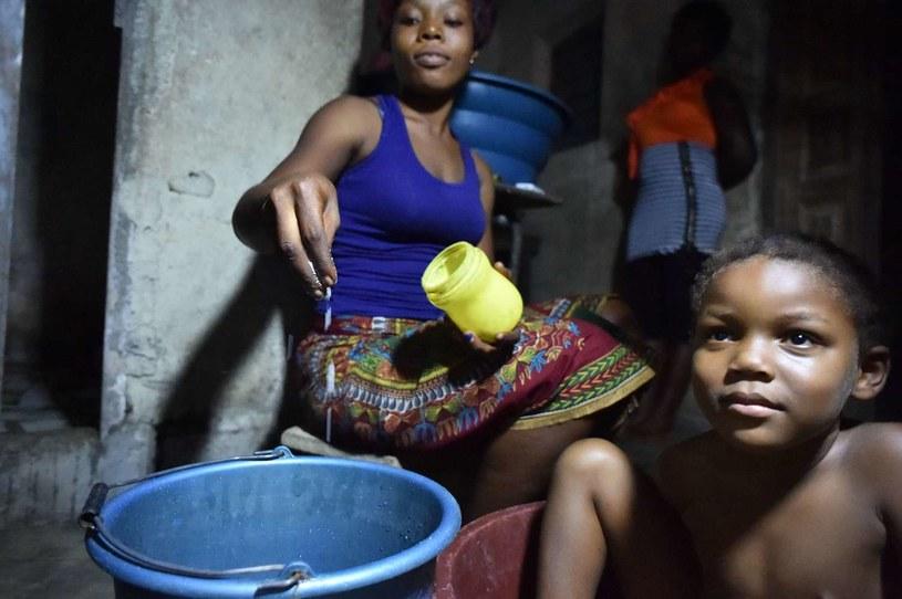 Rodzice wierzą, że sól dodana do wody ochroni dzieci przed wirusem /AFP