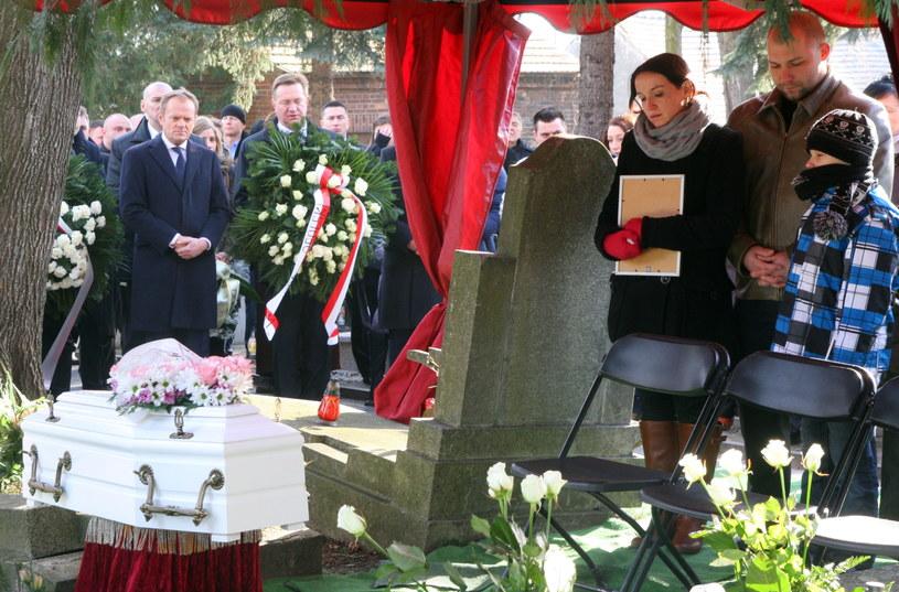 Rodzice zmarłej dziewczynki Bartłomiej i Barbara Bonk z synem Mateuszem /Krzysztof Świderski /PAP