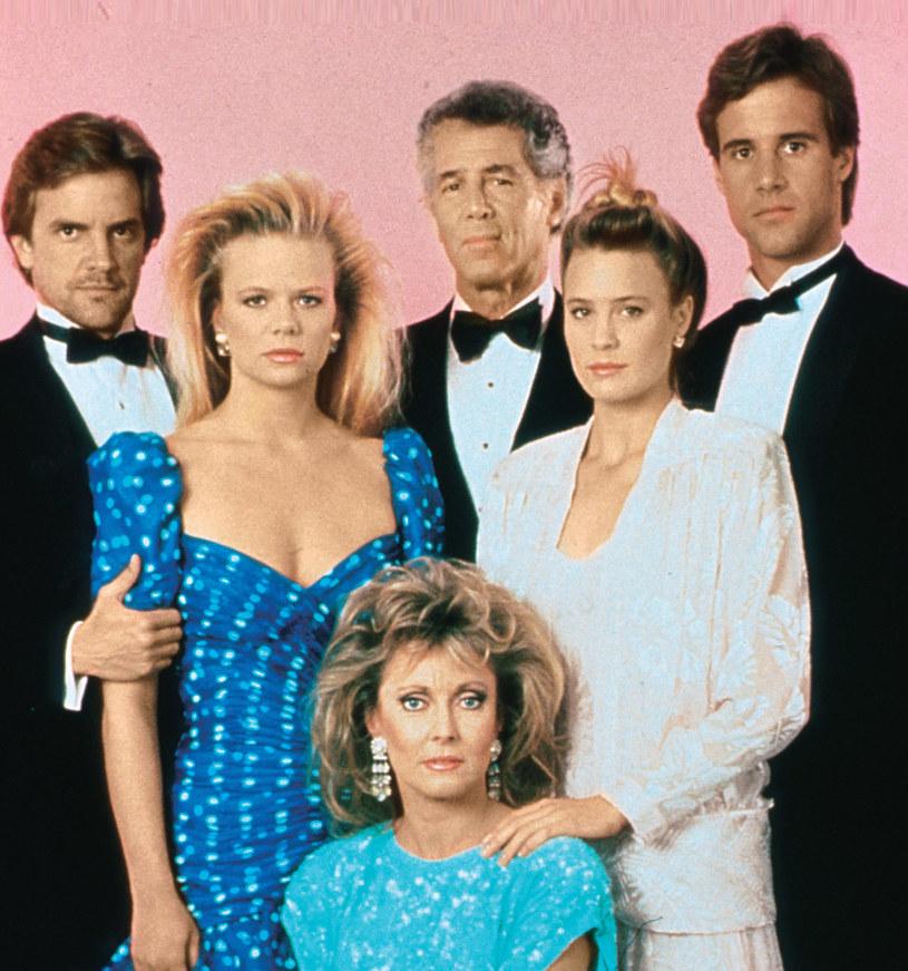 Rodzina Capwellów w 1986 r. Od lewej: Mason (Lane Davies), Eden (Marcy Walker), C.C. (Jed Allan), Kelly (Robin Wright), Ted (Todd McKee) oraz Sophia (Judith McConnell) /Świat Seriali