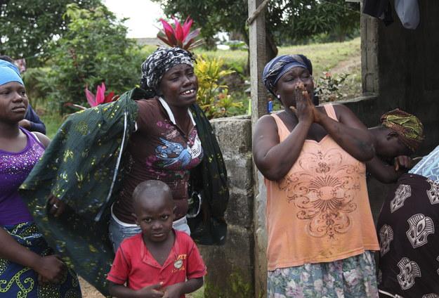 Rodzina jednej z ofiar śmiertelnego wirusa /AHMED JALLANZO  /PAP/EPA