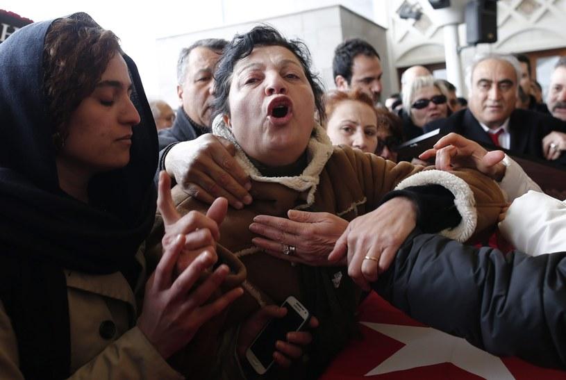 Rodzina jednej z ofiar zamachu w Ankarze podczas uroczystości pogrzebowych /SEDAT SUNA /PAP/EPA