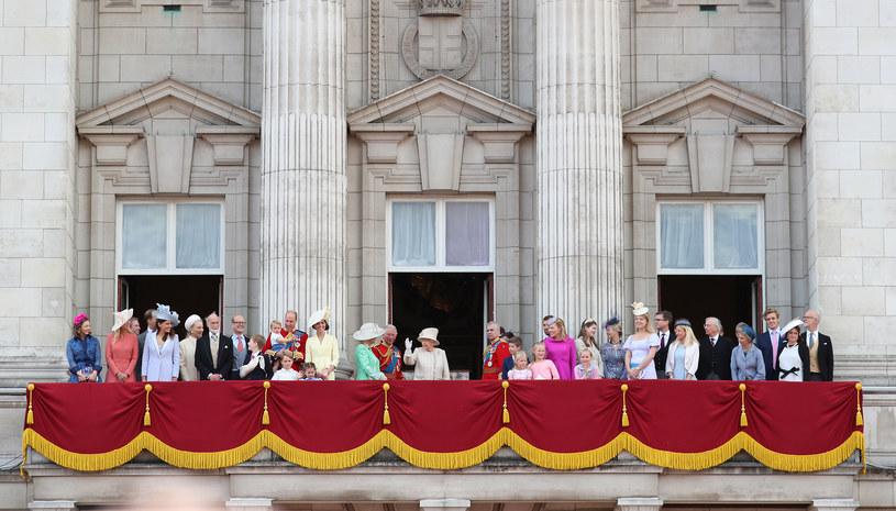 Rodzina królewska na balkonie Pałacu Buckingham /Neil Mockford /Getty Images