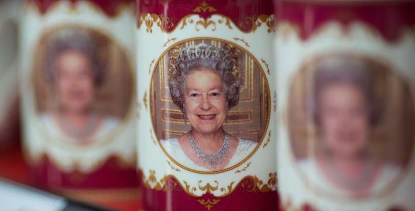 """Rodzina królewska to nie tylko wydatki, to także zarobki, choćby ze sprzedaży """"królewskich"""" suwenirów /AFP"""