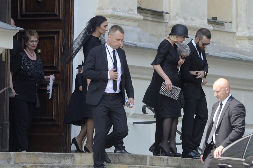 Rodzina Kulczyków wychodzi z kościoła /- /AKPA