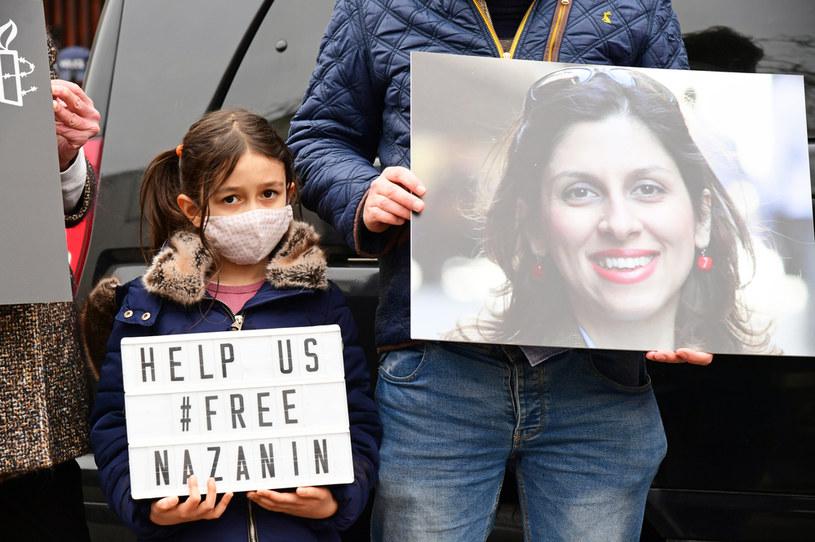 Rodzina  Nazanin Zaghari-Ratcliffe przed ambasadą Iranu w Londynie. /Ian West /Agencja FORUM