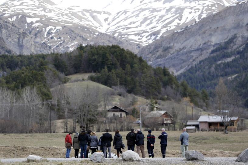 Rodzina pierwszego pilota samolotu Germanwings przy płycie upamietniającej ofiary katastrofy /PAP/EPA