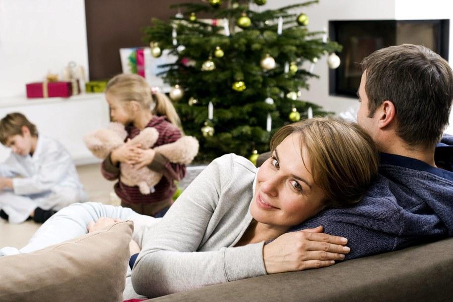 Rodzina przy choince (zdj. ilustracyjne) /PAP/EPA/beyond foto /Photoshot /PAP/EPA