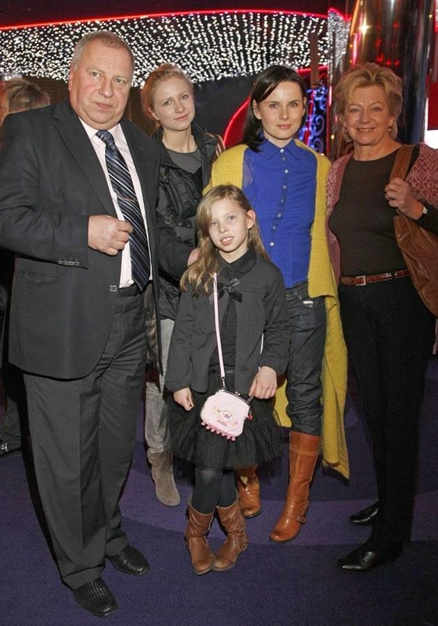 Rodzina Stuhrów - od lewej: Jerzy, córka Marianna, wnuczka Matylda, synowa Samanta, żona Basia  /AKPA