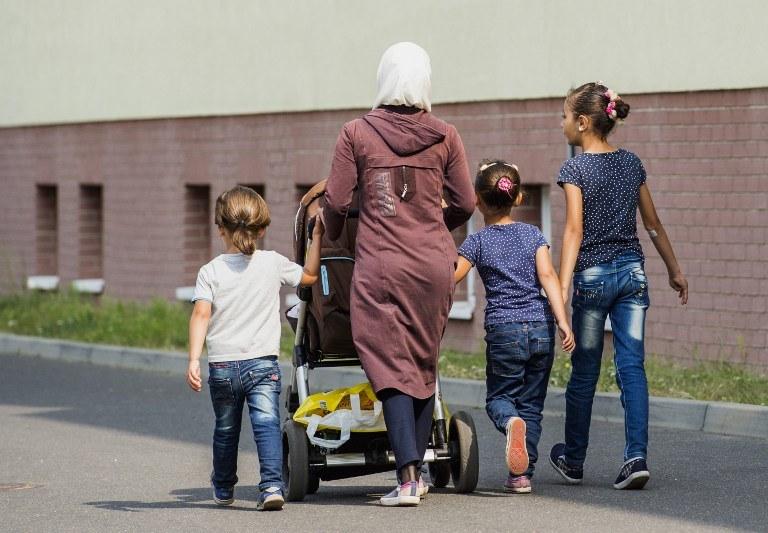 Rodzina uchodźców w jednym z obozie w Niemczech /JOHN MACDOUGALL / AFP /AFP