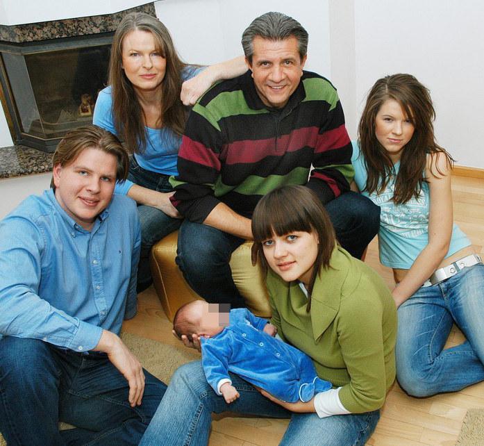 Rodzina w komplecie: Filip Chajzer z żoną Julią, synem Maksiem, rodzicami i siostrą Weroniką /Marek Szymański /Reporter