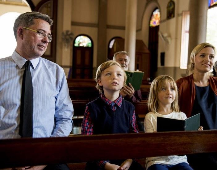 Rodzina w kościele /©123RF/PICSEL