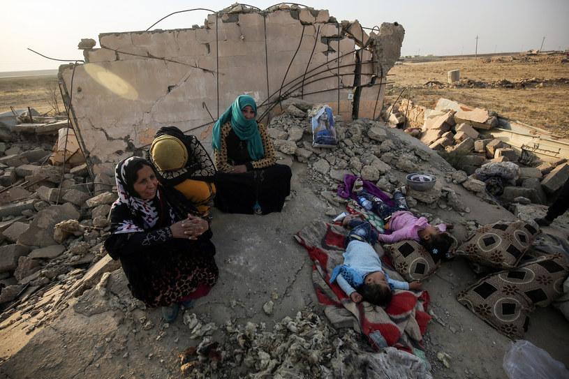 Rodzina w zniszczonym Mosulu /AFP