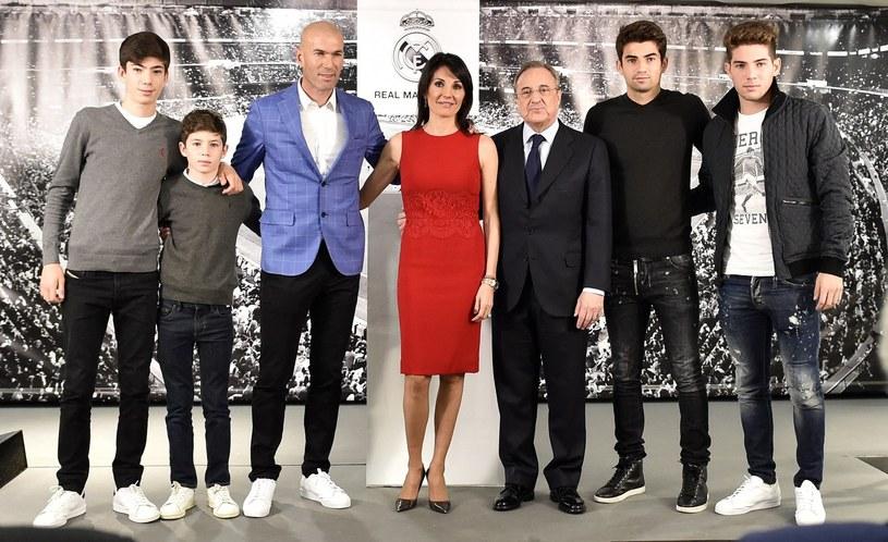 Rodzina Zinedine'a Zidane'a pozuje do zdjęcia z prezydentem Realu Madryt Florentino Perezem /AFP