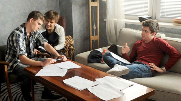 """""""rodzinka.pl"""": Czy nowy podział domowych obowiązków sprawdzi się i w mieszkaniu chłopaków wreszcie zapanuje porządek? /Agencja W. Impact"""