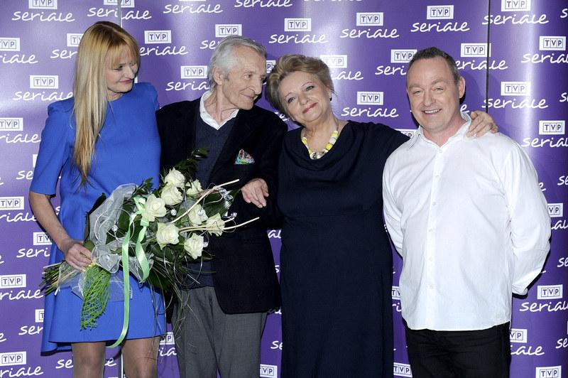 Rodzinka w komplecie. Lata mijają, a serialowi Stefan, Magda, Jagoda i Marek nadal dobrze czują się w swoim towarzystwie /Piętka Mieszko /AKPA
