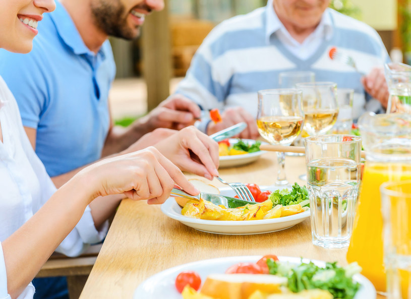 Rodzinny obiad był przyjemny. Do czasu... /123RF/PICSEL