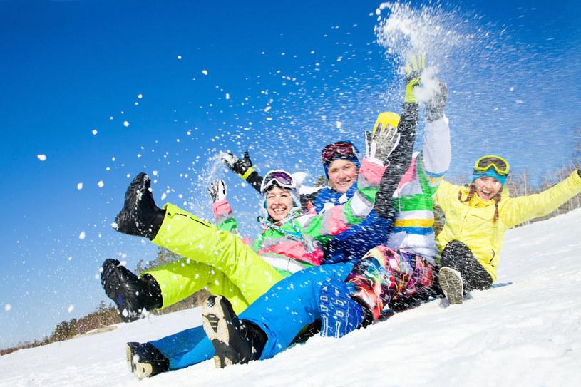Rodzinny wyjazd na narty można zorganizować w rozsądnej cenie /123RF/PICSEL