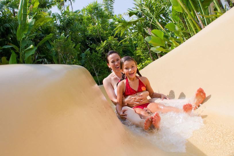 Rodzinny wypad do aquaparku to frajda nie tylko dla dzieci, ale i dla dorosłych /123RF/PICSEL