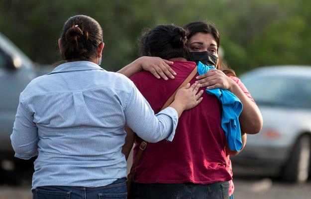 Rodziny górników czekające na nowe informacje w sprawie wypadku /MIGUEL SIERRA /PAP/EPA
