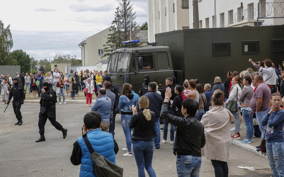 Rodziny i bliscy zatrzymanych przed tymczasowym aresztem //TATIANA ZENKOVICH /PAP/EPA