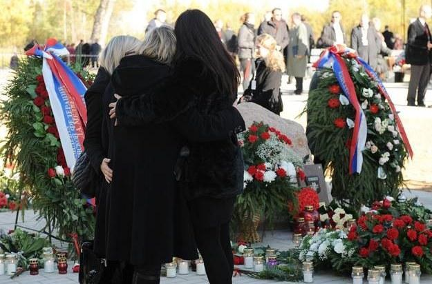 Rodziny ofiar katastrofy w Smoleńsku 10 października 2010 roku /AFP