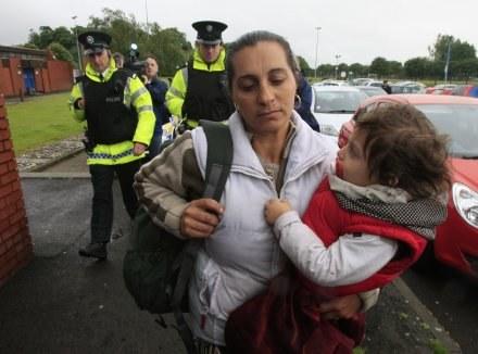 Rodziny romskich imigrantów z Rumunii spotkały w Belfaście szykany /AFP