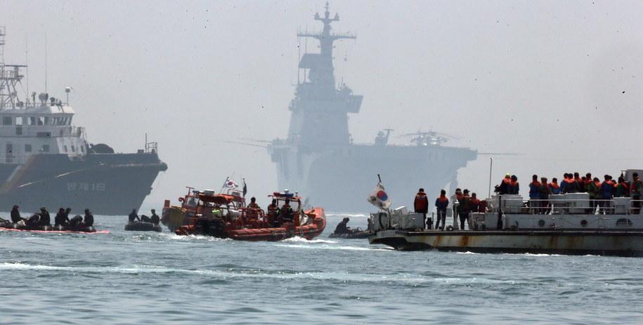 Rodziny zaginionych pasażerów promu na miejscu katastrofy /YONHAP   /PAP/EPA