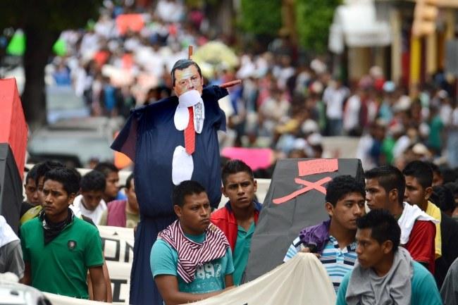 Rodziny zaginionych studentów domagały się podczas wiecu odnalezienia swoich bliskich /Jose Luis de la Cruz /PAP/EPA
