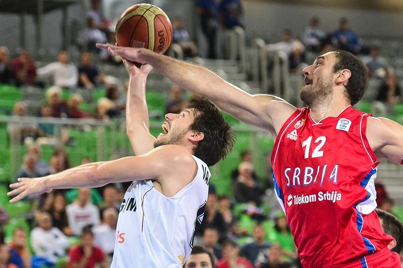 Roel Moors i Nenad Krstić podczas meczu Belgów z Serbami /AFP