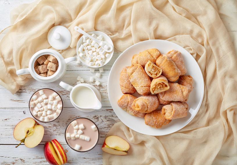 Rogaliki jabłkowe to pyszny pomysł na śniadanie /123RF/PICSEL