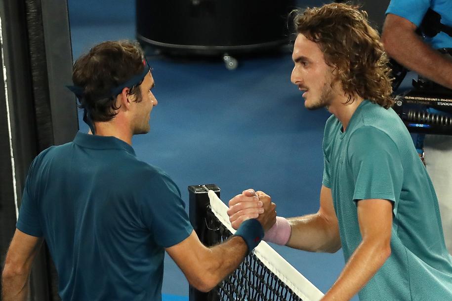 Roger Federer i Stefanos Tsitsipas dziękują sobie po meczu /DAVID CROSLING /PAP/EPA