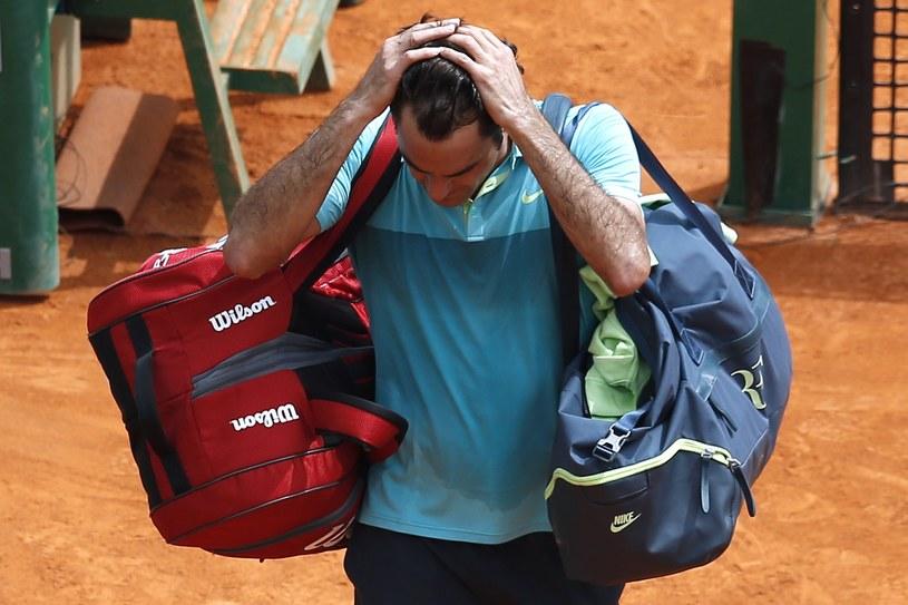 Roger Federer opuszcza kort po porażce z Gaelem Monfilsem /AFP