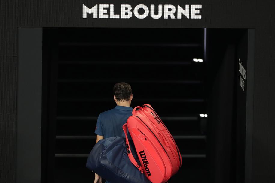 Roger Federer opuszcza kort po porażce ze Stefanosem Tsitsipasem w 1/8 finału Australian Open /LYNN BO BO /PAP/EPA