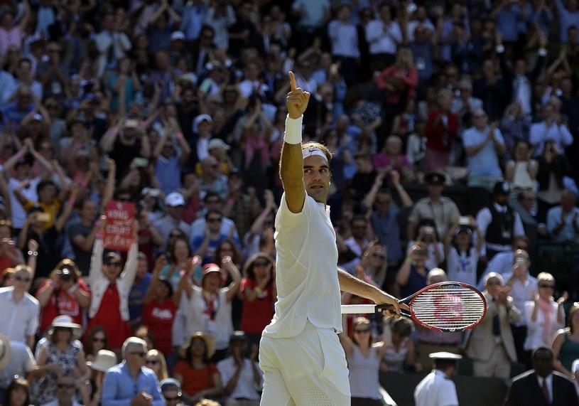 Roger Federer triumfuje po zwycięstwie na kortach Wimbledonu /PAP/EPA