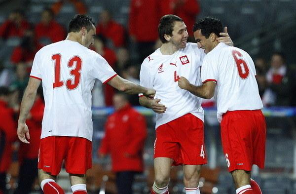 Roger Guerreiro (1. z prawej) po strzeleniu gola dla Polski w meczu wyjazdowym z Irlandią, w 2008 roku. Obok Jakub Wawrzyniak i Marcin Wasilewski (13). /AFP