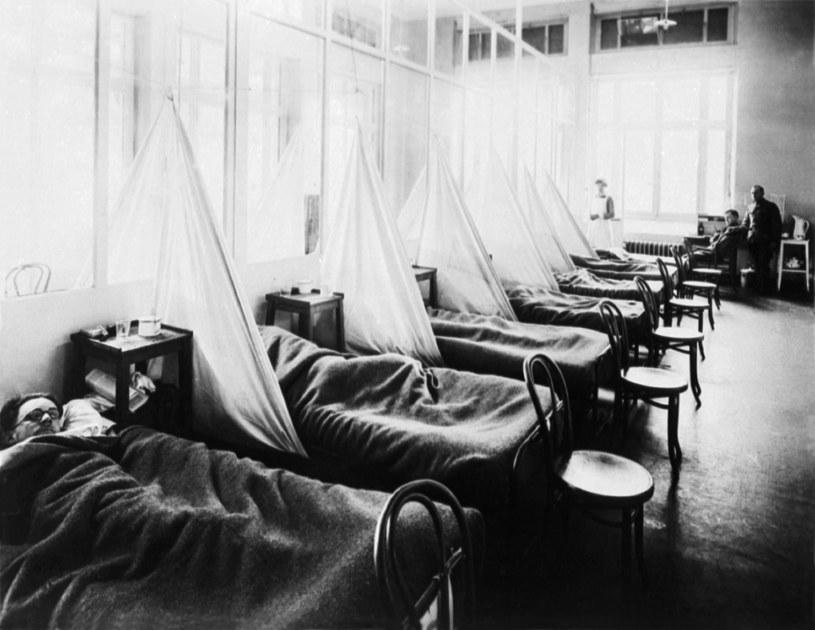 Rok 1918, amerykański szpital polowy, zdjęcie żołnierzy chorych na grypę /Wikipedia
