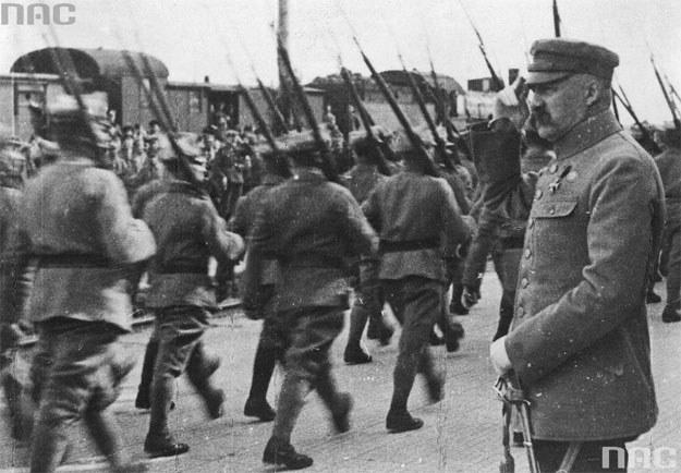 Rok 1920. Marszałek Józef Piłsudski odbiera defiladę oddziału piechoty /Z archiwum Narodowego Archiwum Cyfrowego
