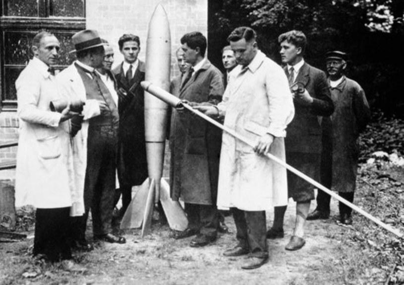 """Rok 1930.  Prace nad prototypem rakiety z serii """"V"""". Drugi od prawej młody Wernher von Braun /East News"""