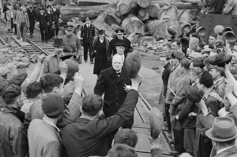 Rok 1941. Winston Churchill odwiedza zbombardowane Plymouth w towarzystwie Nancy Astor /Getty Images
