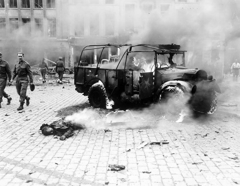 Rok 1944. Antwerpia. Korty tenisowe zbombardowane rakietą V-2 /Wikimedia Commons /domena publiczna