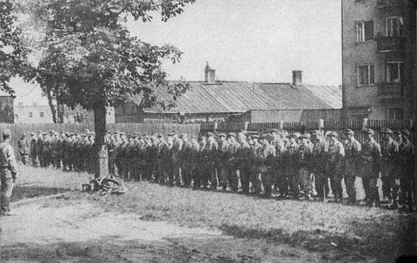 """Rok 1944. Zbiórka kompanii """"Zemsta"""" /wikipedia.pl /domena publiczna"""
