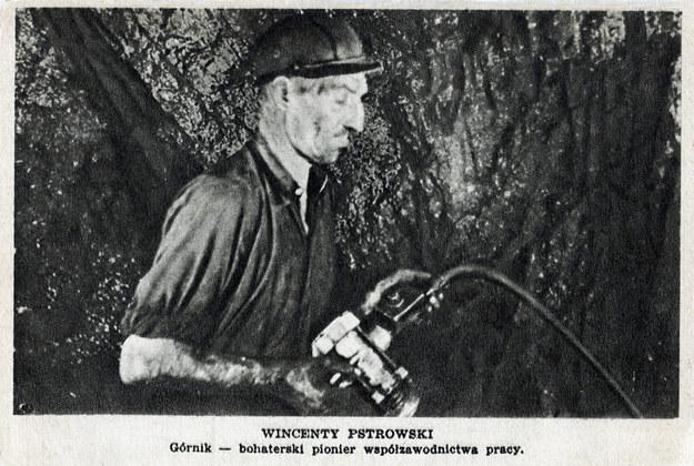 Rok 1947. Przodownik pracy Wincenty Pstrowski fedruje węgiel /FoKa /Agencja FORUM