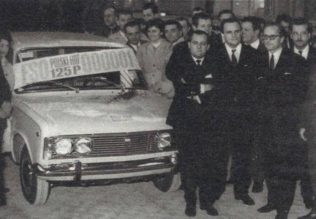 Rok 1968, z taśmy zjeżdża pierwszy Polski Fiat. Na pierwszym planie od prawej: w okularach Witold Dryl, ówczesny dyrektor naczelny FSO, w środku Tadeusz Wrzaszczyk. /Motor