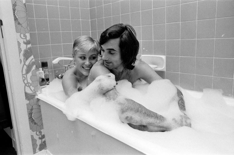 Rok 1976. George Best w odważnej sesji ze swoją dziewczyną, a późniejszą żoną, Angie / Kent Gavin/Mirrorpix /Getty Images