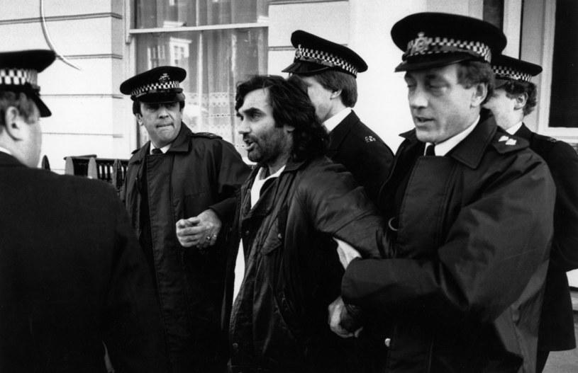 Rok 1984. Policja siłą doprowadza George'a Besta na rozprawę dotyczącą jazdy pod wpływem alkoholu / Express Newspapers /Getty Images