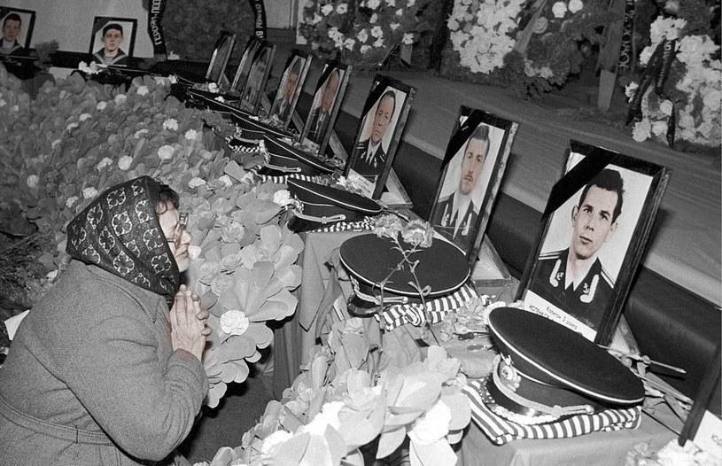 Rok 1989, matka opłakuje syna, który zginął na pokładzie Komsomolca /Getty Images