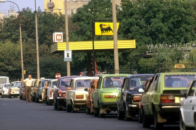 Rok 1989. Olbrzymie kolejki na stacjach benzynowych. /Fot. Wojtek Laski /East News