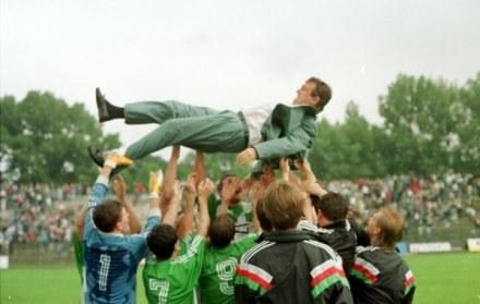 Rok 1993 - Janusz Wójcik podrzucany przez swoich piłkarzy, po wygranej 6:0 z Wisłą. /Agencja Przegląd Sportowy