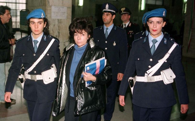 Rok 1998. Patrizia Reggiani jest eskortowana przez policjantki, gdy opuszcza mediolański sąd /Reuters Photographer /Agencja FORUM